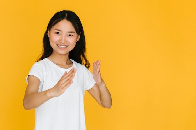 Vrouw die een karatebeweging imiteert