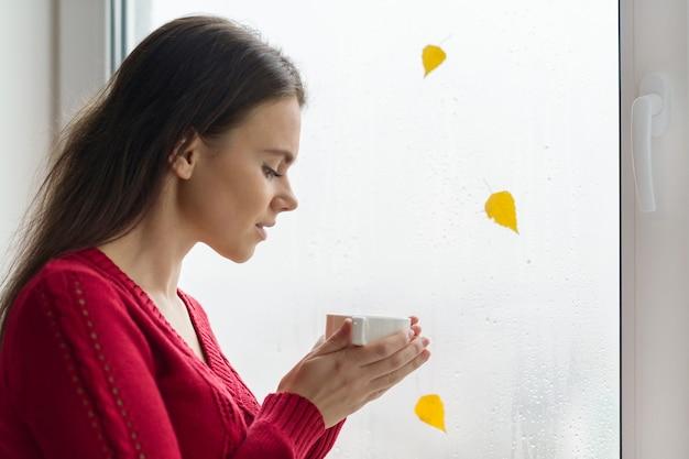 Vrouw die een kop van koffie houdt
