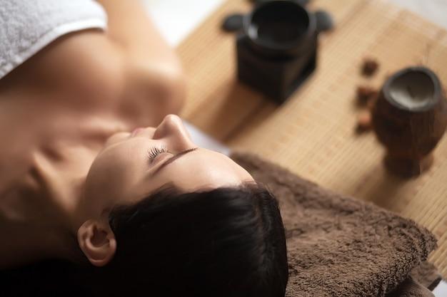 Vrouw die een massage in een kuuroord heeft
