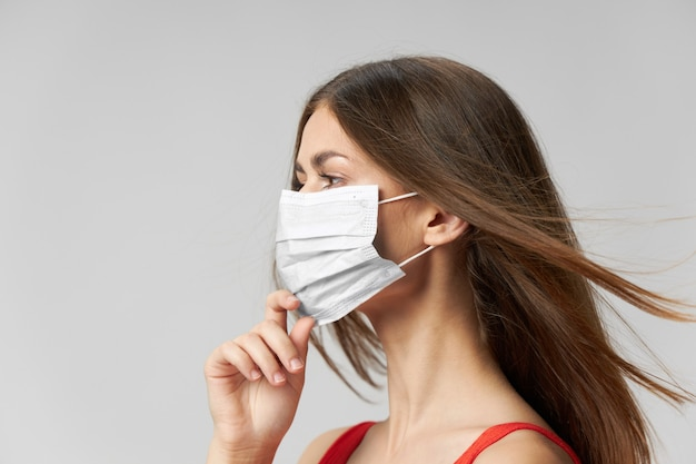 Vrouw die een medisch masker draagt