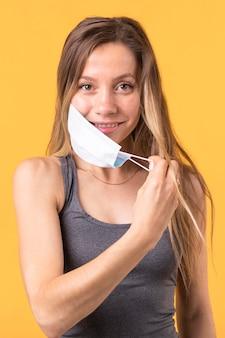 Vrouw die een medisch masker opstijgt