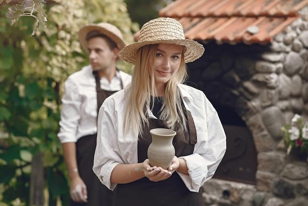 Vrouw die een met de hand gemaakte vaas houdt