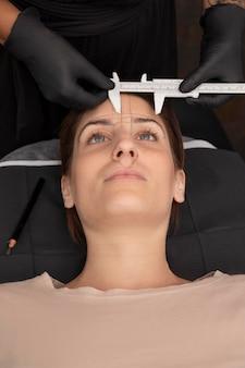 Vrouw die een microblading-procedure ondergaat