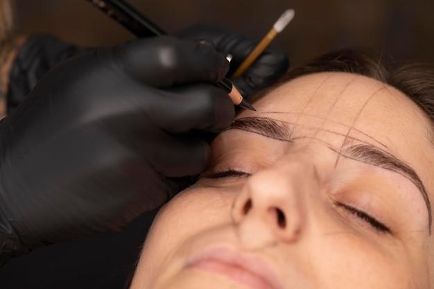 Vrouw die een microbladingbehandeling ondergaat