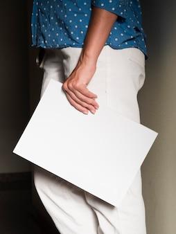 Vrouw die een modeltijdschrift houdt