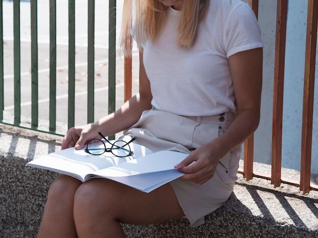 Vrouw die een modeltijdschrift leest