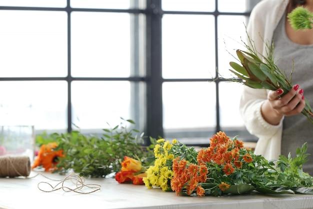 Vrouw die een mooi bloemenboeket maakt