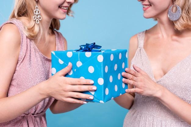 Vrouw die een mysterieus geschenk aanbiedt