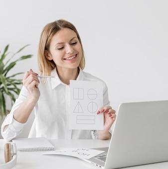 Vrouw die een online klasse thuis doet