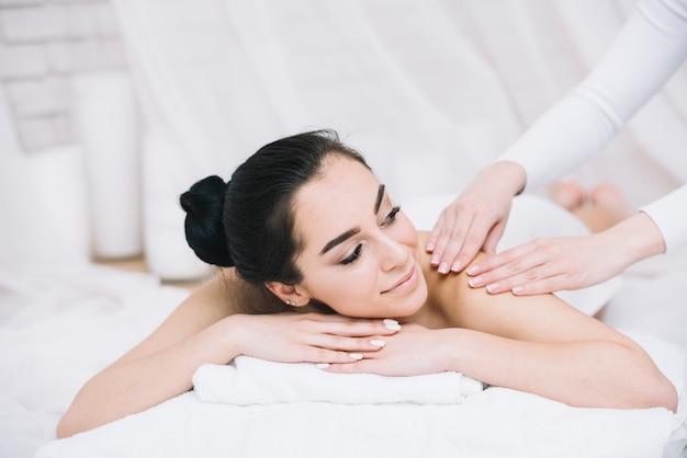 Vrouw die een ontspannende massage in een kuuroord ontvangt