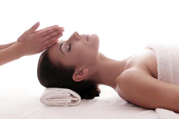 Vrouw die een ontspannende massage ontvangt in de spa