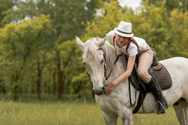 Vrouw die een paard op het platteland bevrijdt