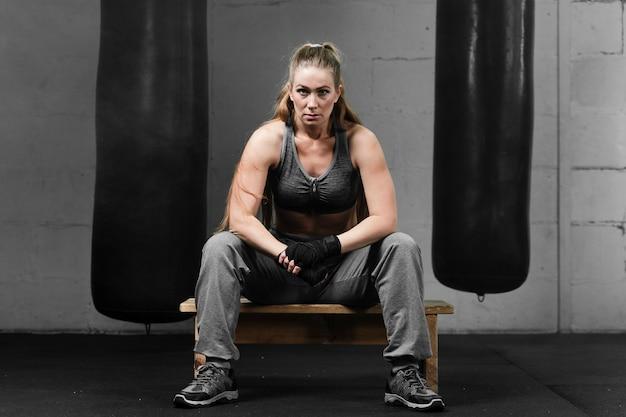 Vrouw die een pauze na de training neemt
