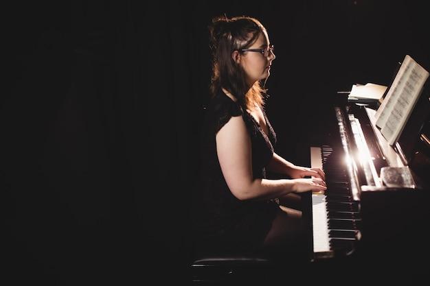 Vrouw die een piano speelt