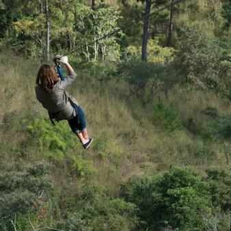 Vrouw die een pitlijn berijden in een bos, copan, copan ruinas, copan-afdeling, honduras