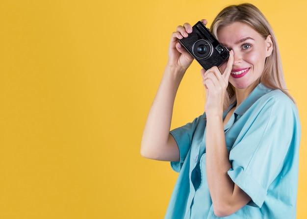 Vrouw die een ruimte van het beeldexemplaar neemt