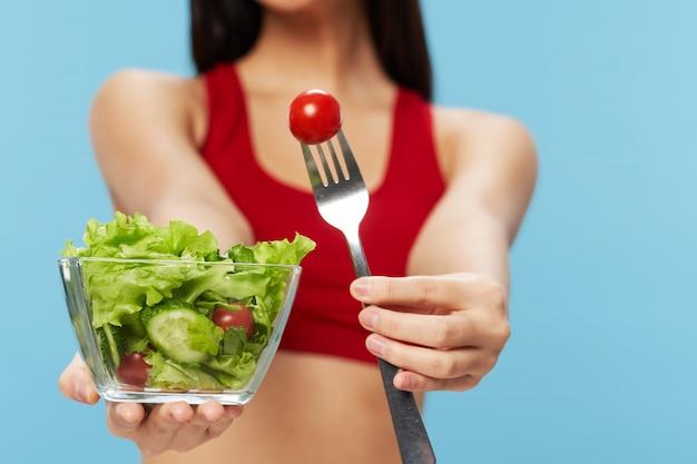 Vrouw die een salade eet