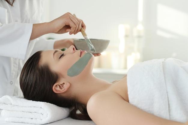 Vrouw die een schoonheidsbehandeling voor huidzorg ontvangt