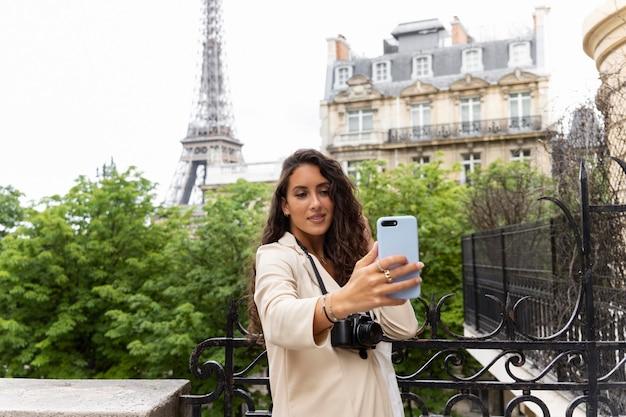 Vrouw die een selfie maakt terwijl ze in parijs is
