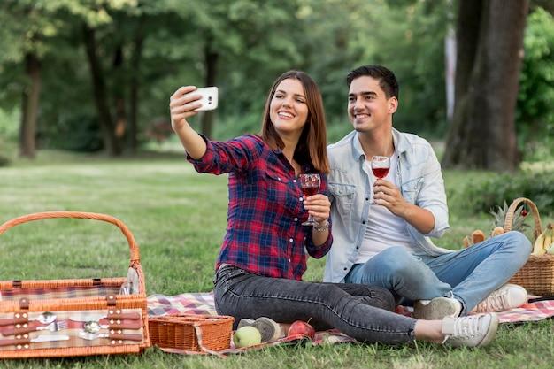 Vrouw die een selfie met zijn vriend neemt