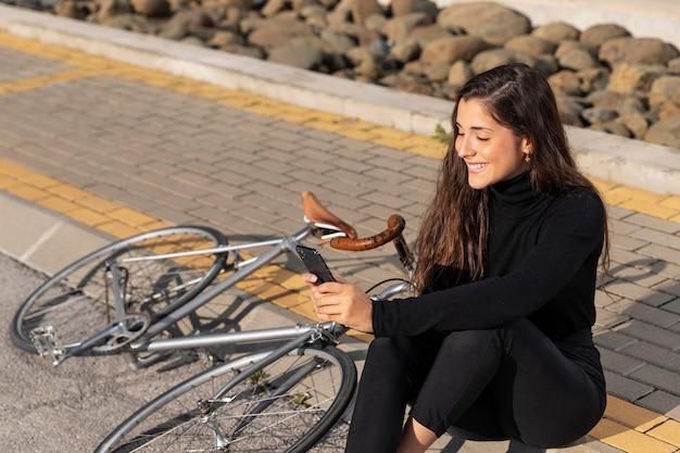 Vrouw die een selfie naast haar fiets neemt