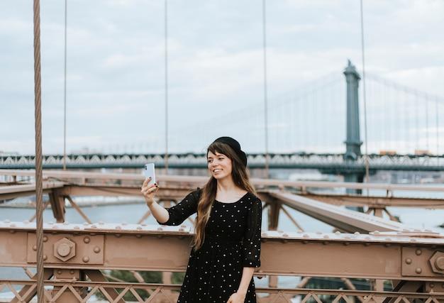 Vrouw die een selfie op de brooklyn bridge, verenigde staten