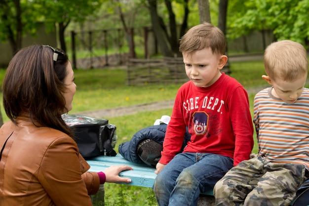 Vrouw die een serieus gesprek heeft met een kleine jongen