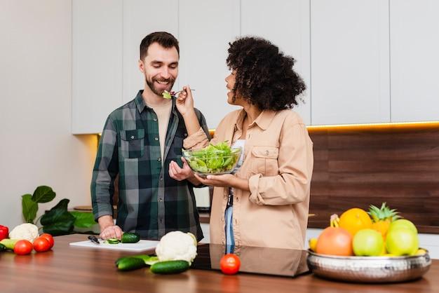 Vrouw die een smakelijke kom salade houdt