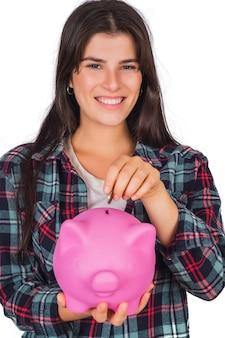 Vrouw die een spaarvarken op studio houdt.