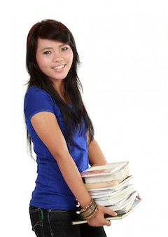Vrouw die een stapel boeken draagt