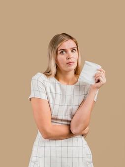 Vrouw die een stootkussen houdt en een buikpijn heeft