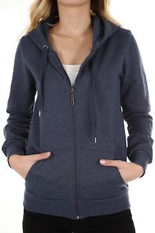 Vrouw die een sweatshirt in studio draagt