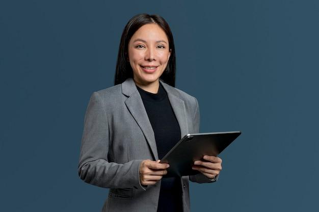 Vrouw die een tablet gebruikt