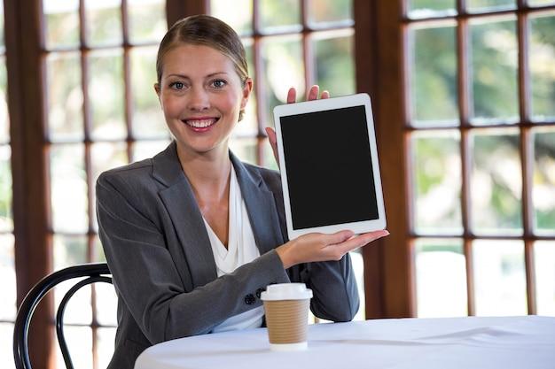 Vrouw die een tablet voorstelt
