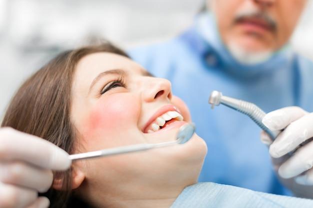 Vrouw die een tandbehandeling ontvangt
