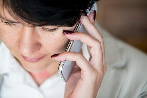Vrouw die een telefoongesprek maakt