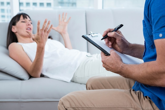 Vrouw die een therapeut in kliniek raadpleegt