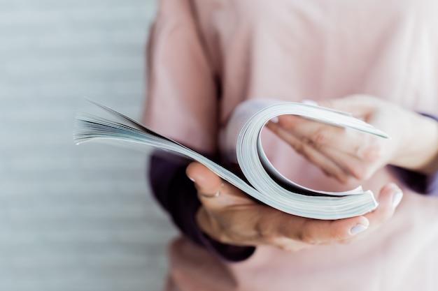Vrouw die een tijdschrift leest