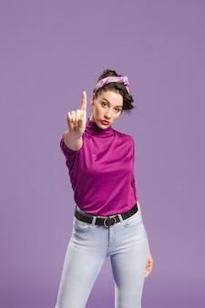 Vrouw die een vinger omhoog middelgroot schot houdt