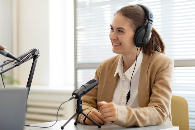 Vrouw die een vraag beantwoordt in een interview