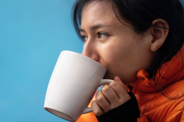 Vrouw die een warme drank drinkt