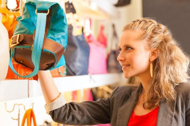 Vrouw die een zak in wandelgalerij koopt
