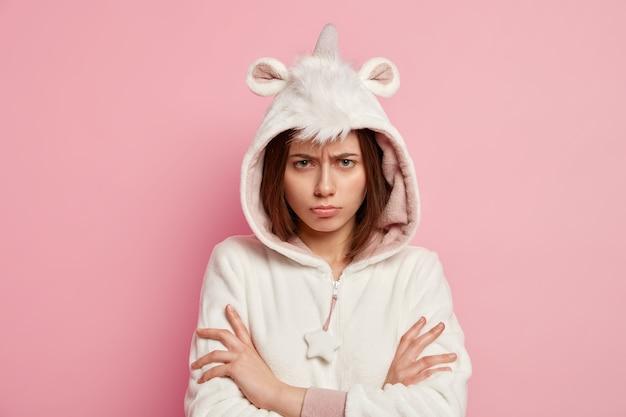 Vrouw die eenhoornpyjama's draagt
