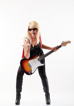 Vrouw die elektrische gitaar speelt