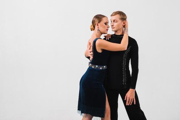 Vrouw die en danspartner omhelst aanraakt