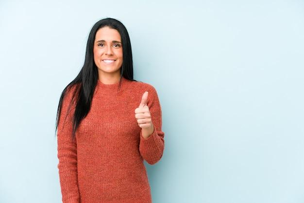 Vrouw die en duim glimlacht opheft