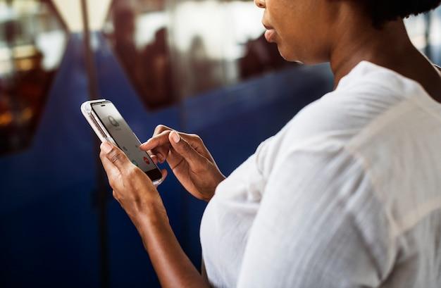 Vrouw die en op haar telefoon wacht speelt