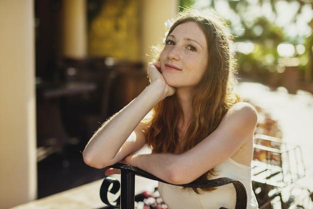 Vrouw die en van de warme zon ontspant geniet
