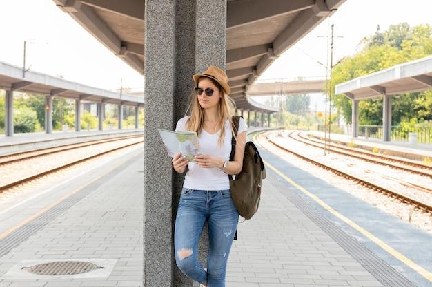 Vrouw die en zich kaart bevindt bekijkt