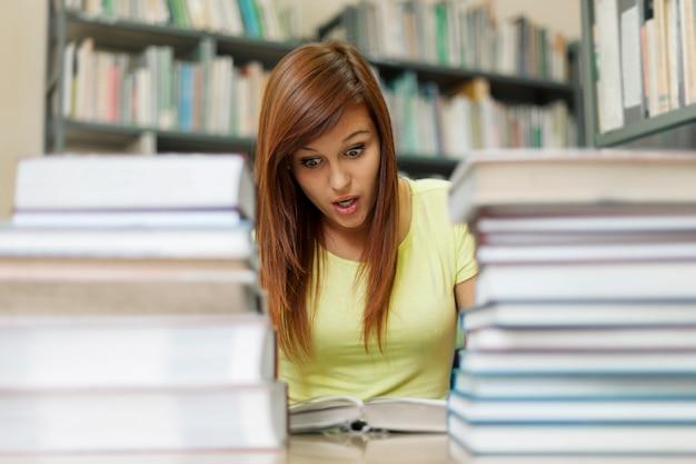 Vrouw die eng boek leest